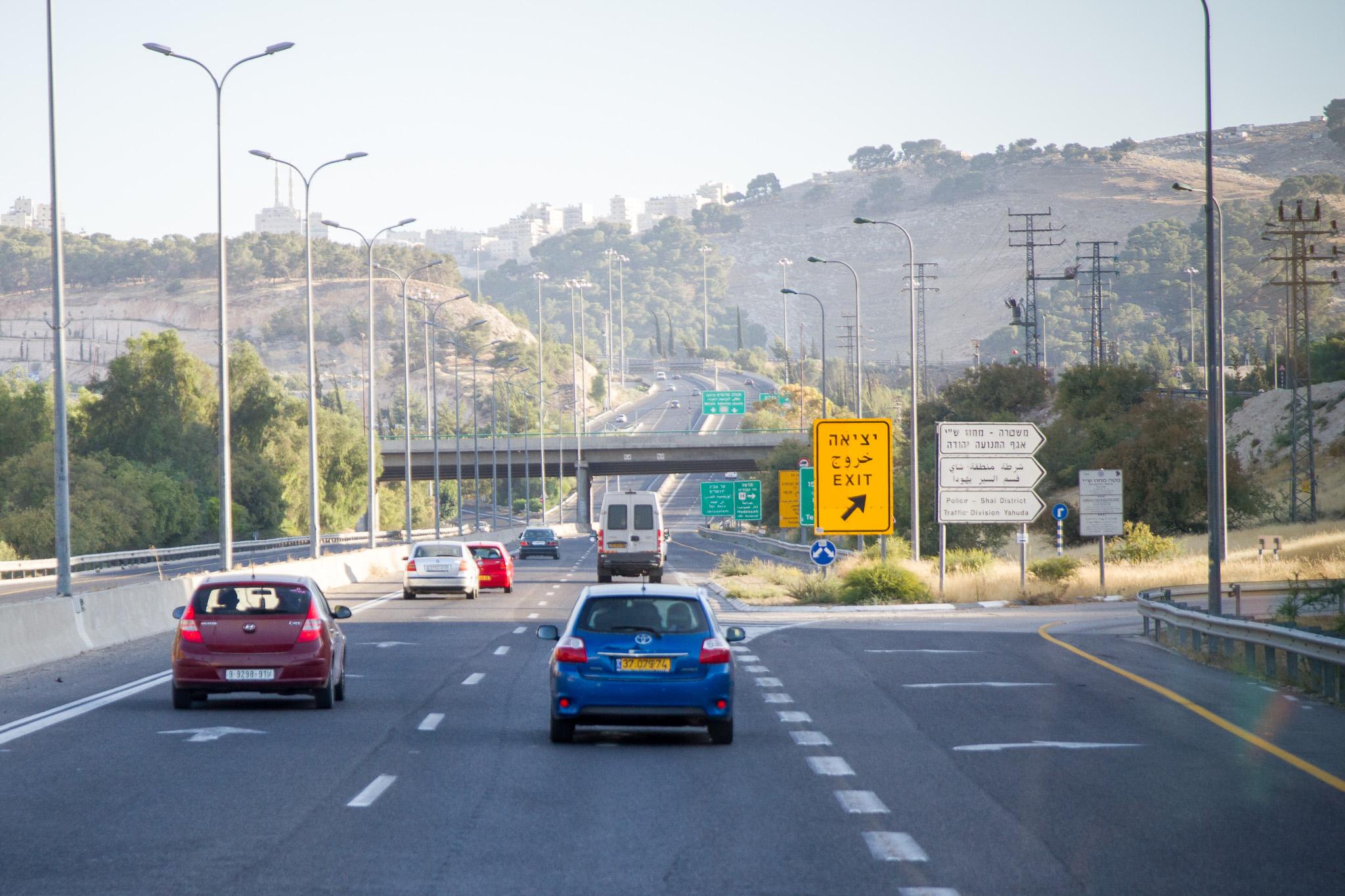 Une voiture palestinienne double une voiture israélienne, sur la même voie rapide (photo ©InfoEquitable)